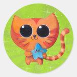 Gato anaranjado lindo con la estrella pegatina redonda
