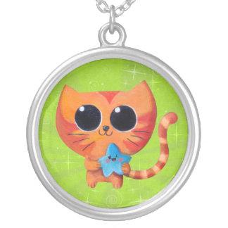 Gato anaranjado lindo con la estrella pendientes