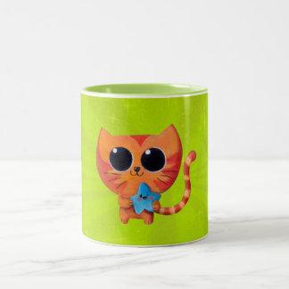 Gato anaranjado lindo con la estrella taza dos tonos