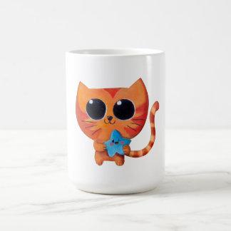 Gato anaranjado lindo con la estrella taza básica blanca