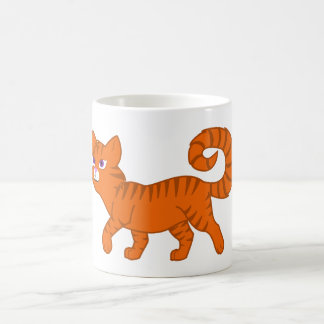 Gato anaranjado que camina taza clásica