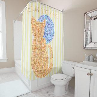 Gato anaranjado y el modelo de las rayas del cortina de baño