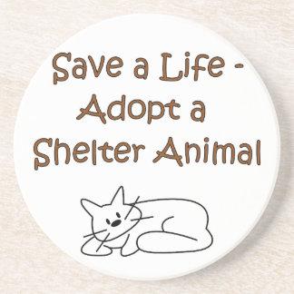 Gato animal del refugio del rescate de la adopción posavaso para bebida