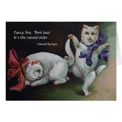 Gato antropomorfo del blanco del baile tarjeta de felicitación