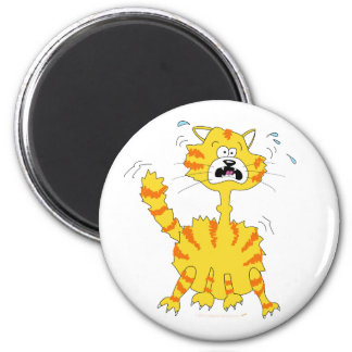 Gato asustado del dibujo animado divertido imán redondo 5 cm