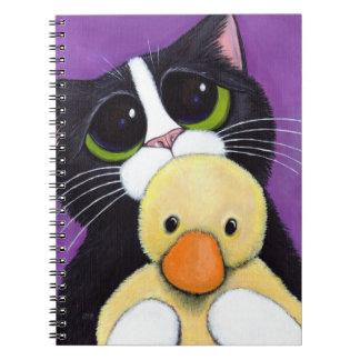 Gato asustado del smoking y pintura mimosa del libro de apuntes