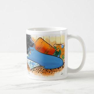 Gato azul en amortiguadores con la piel del taza de café