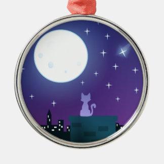 Gato bajo claro de luna ornamente de reyes