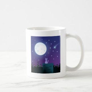 Gato bajo claro de luna tazas de café
