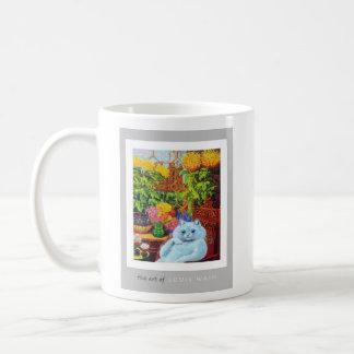 Gato blanco antropomorfo que se sienta por la flor taza clásica