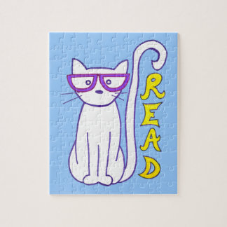Gato blanco con los vidrios púrpuras con la rompecabeza con fotos