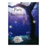 Gato blanco de la invitación en el fiesta del árbo