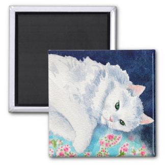 Gato blanco en el imán floral del edredón