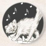 Gato blanco en llaves del piano posavasos para bebidas