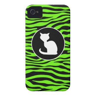 Gato blanco en rayas verdes de neón brillantes de iPhone 4 Case-Mate cobertura