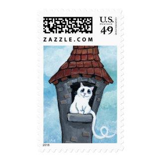 Gato blanco en un franqueo de la torre del cuento