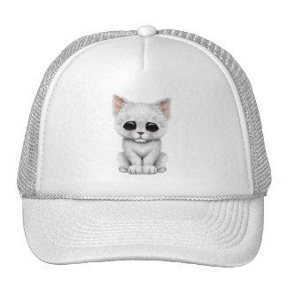 Gato blanco lindo triste del gatito gorro de camionero