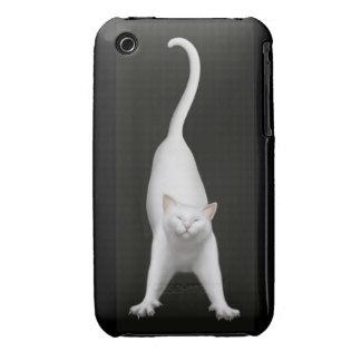Gato blanco que estira feliz iPhone 3 protectores