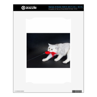 Gato blanco que juega tirando del juguete rojo calcomanía para NOOK