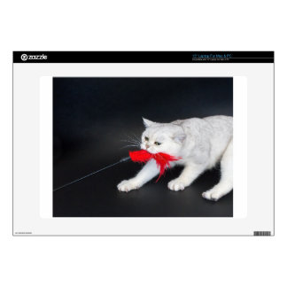Gato blanco que juega tirando del juguete rojo calcomanías para 38,1cm portátiles