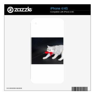 Gato blanco que juega tirando del juguete rojo iPhone 4 calcomanía