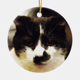 Gato blanco y negro de Monty Adorno Navideño Redondo De Cerámica
