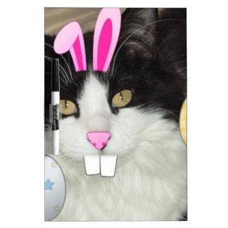 Gato blanco y negro del gatito de Pascua Pizarra Blanca