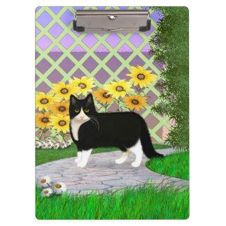 Gato blanco y negro del smoking en el jardín