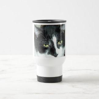 Gato blanco y negro del smoking taza de viaje