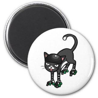 Gato blanco y negro en Rollerskates Imán Redondo 5 Cm