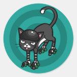 Gato blanco y negro en Rollerskates Pegatina Redonda