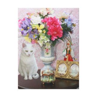 Gato bonito con las flores impresiones en lienzo estiradas
