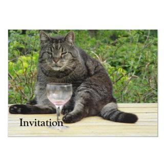 """Gato """"Bram"""" en la tabla con una copa de vino Invitación 5"""" X 7"""""""
