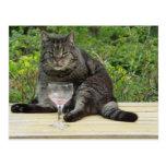 """Gato """"Bram"""" en la tabla con una copa de vino Tarjeta Postal"""