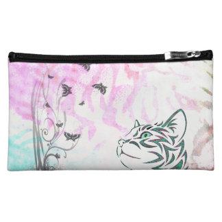 Gato coloreado, mariposas y remolinos florales