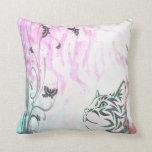 Gato coloreado, mariposas y remolinos florales almohadas