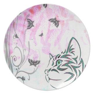 Gato colorido plato de comida