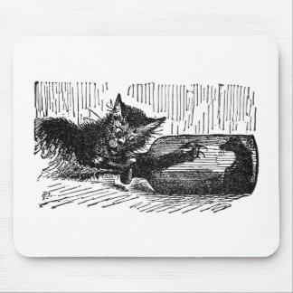 Gato con el brazo en botella después del ratón alfombrilla de ratón