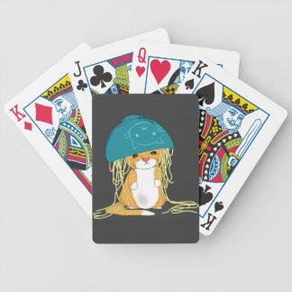 gato con el cuenco sobre la cabeza por completo de barajas de cartas