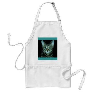 Gato con el ojo de la casa del mascota del persona delantales