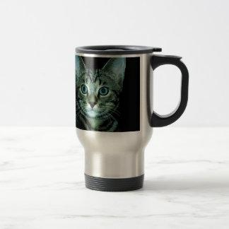 Gato con el ojo de la casa del mascota del taza de viaje