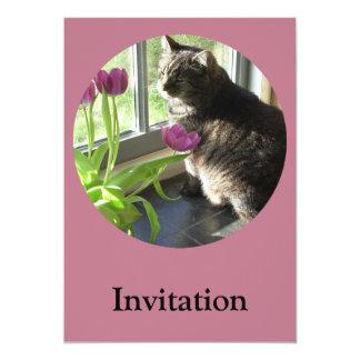 """Gato con el tulipán-círculo púrpura invitación 5"""" x 7"""""""