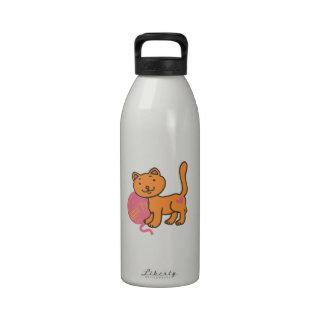 Gato con hilado botellas de agua reutilizables