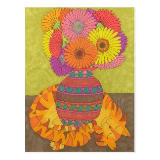 Gato con las margaritas del Gerbera en el florero Tarjetas Postales