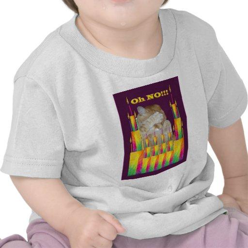 Gato con las tortas de cumpleaños camiseta