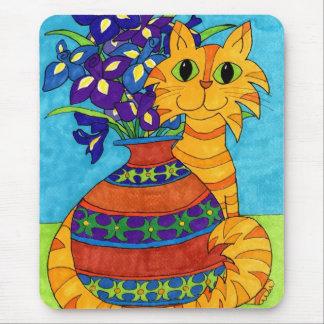 Gato con los iris en el florero de Talavera Mousepad