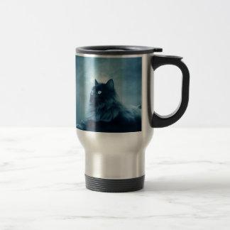 Gato con los ojos que brillan intensamente tazas de café