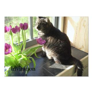 """Gato con los tulipanes púrpuras invitación 5"""" x 7"""""""