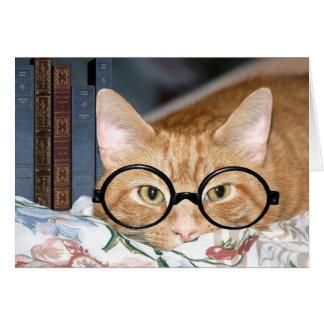 Gato con los vidrios y los libros tarjeta de felicitación