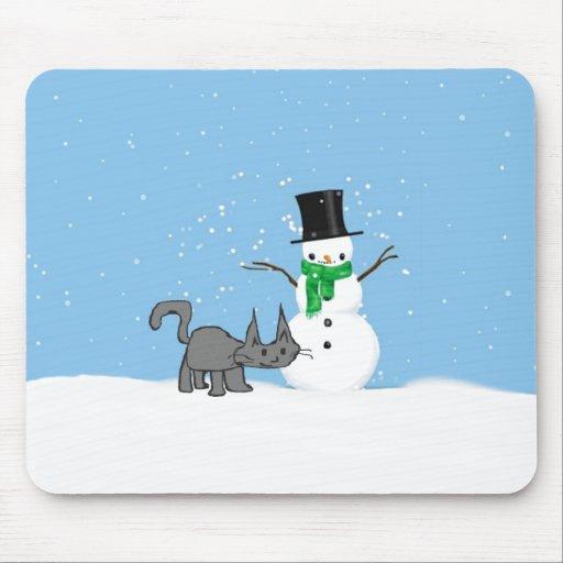 Gato con su amigo del muñeco de nieve alfombrilla de raton